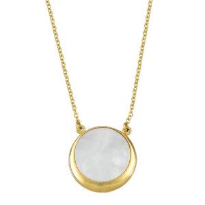 Χρυσό κολιέ με κλασική αλυσίδα και κρεμαστό μενταγιόν σε κυκλικό σχήμα. Το μενταγιόν αποτελείται από mother of pearl με χρυσό πλαίσιο.