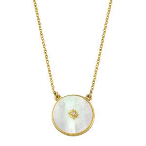 Χρυσό κολιέ με κλασική αλυσίδα και κρεμαστό μενταγιόν σε κυκλικό σχήμα. Το μενταγιόν αποτελείται από mother of pearl σε χρυσό πλαίσιο.