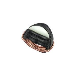 Ασημένιο ροζ επίχρυσο δαχτυλίδι σε σχήμα ρόμβου (2 x 2 εκ) με περίτεχνο σχέδιο απο λευκό αχάτη στο κέντρο και μαύρο όνυχα περιμετρικά. Ένα ιδιαίτερα κομψό και εντυπωσιακό δαχτυλίδι ιδανικό να φορεθεί όλες τις ώρες.
