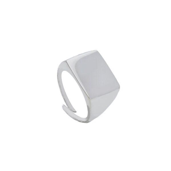 Ασημένιο δαχτυλίδι ορθογώνιο με λουστρέ φινίρισμα στο πάνω μέρος το οποίο συνεχίζει σε ντεγκραντέ γάμπα λουστράτη