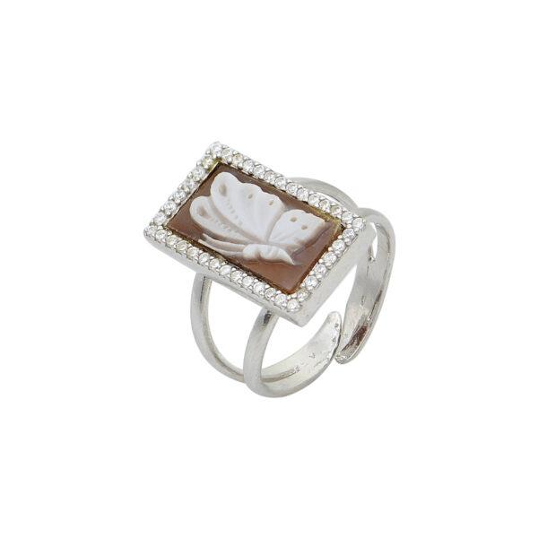 Ασημένιο δαχτυλίδι σε ορθογώνιο σχήμα με καμέο από κοχύλι που απεικονίζει πεταλούδα και ζιργκόν περιμετρικά.